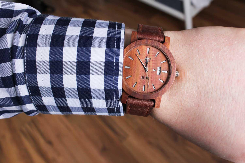 Zegarek drewniany RF ELITE - Śliwa na ręku