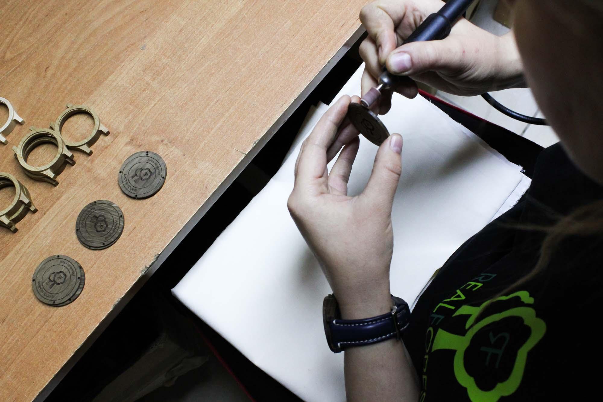 Szlifowanie drewnianych zegarków REALFOREST