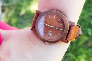 Drewniany zegarek latem – jak o niego zadbać?
